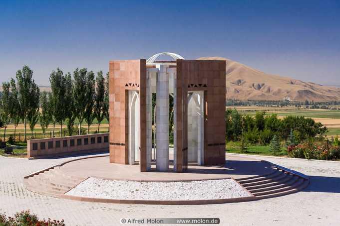 Cengiz Aytmatov'un Mezarı Nerede, Nasıl Gidilir?
