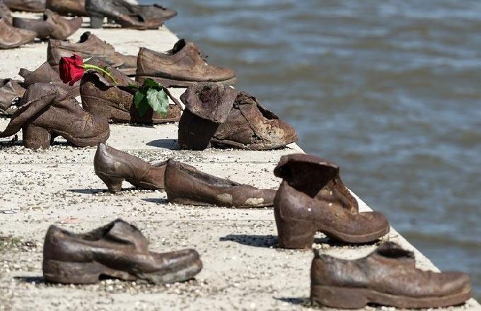 Tuna Kıyısındaki Ayakkabılar Anıtı