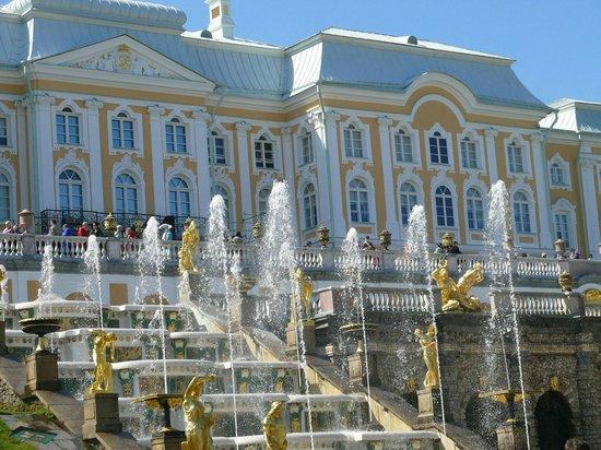 Peterhof Sarayı ve Bahçesi